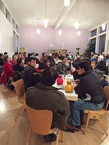 In der Evangelischen Gemeinde bot sich die Möglichkeit für eingesessene und neue Nachbarn gemeinsam über Flucht und Zukunft sprechen